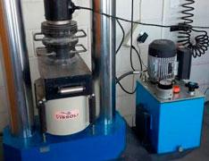 Ensaio de concreto em laboratório